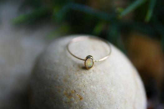 Тонкое золотое кольцо с опалом