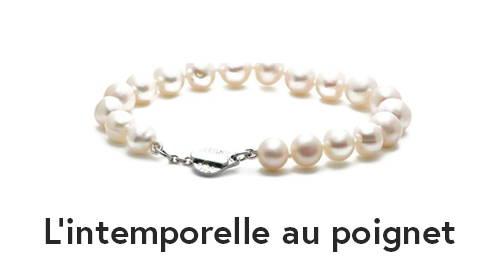 Bracelet de perles blanches de culture d'eau douce. L'intemporelle au poignet de Flamme en rose.