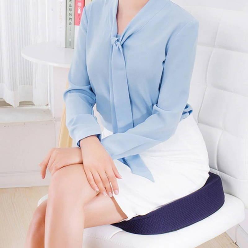 Femme assise sur un coussin à mémoire de forme