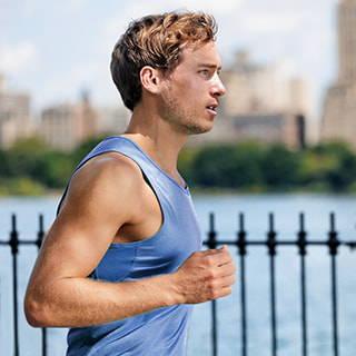 Mann beim Joggen mit Daumenbandage