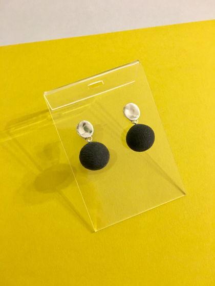 Серьги с фактурным шариком черного цвета