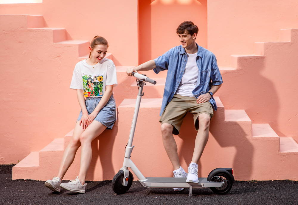 okai neon es20 electric scooter couple together smiling