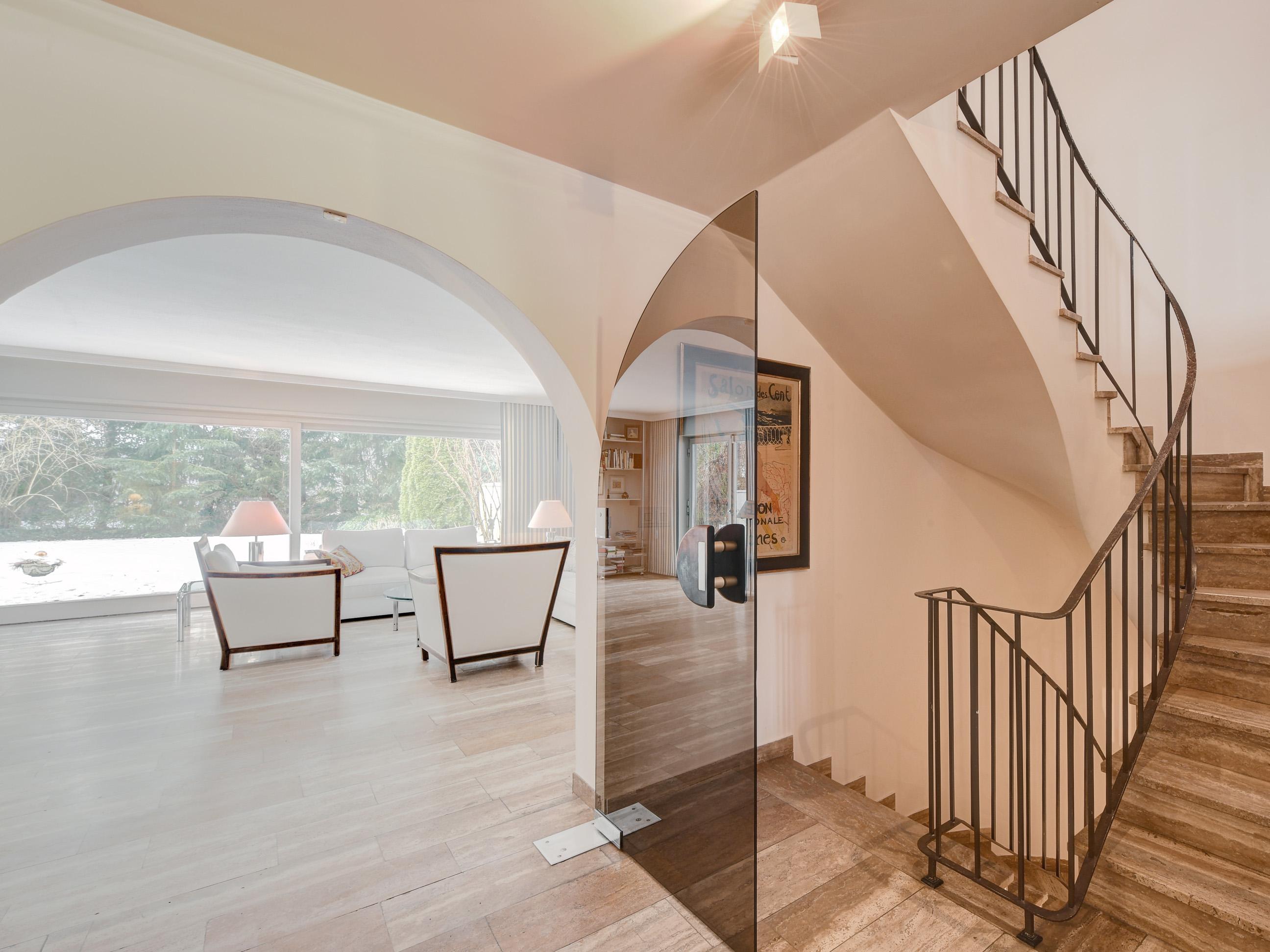 haus oder villa in gr nwald hier wird luxus gro geschrieben. Black Bedroom Furniture Sets. Home Design Ideas
