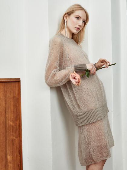 Костюм из кидмохера с шелком нежного кофейного оттенка. Джемпер и юбка.