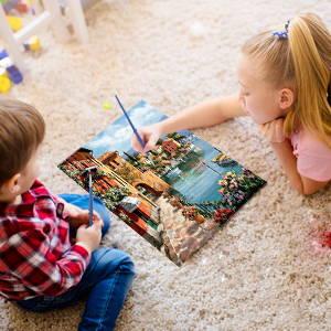 Enfants réalisant une peinture par numero