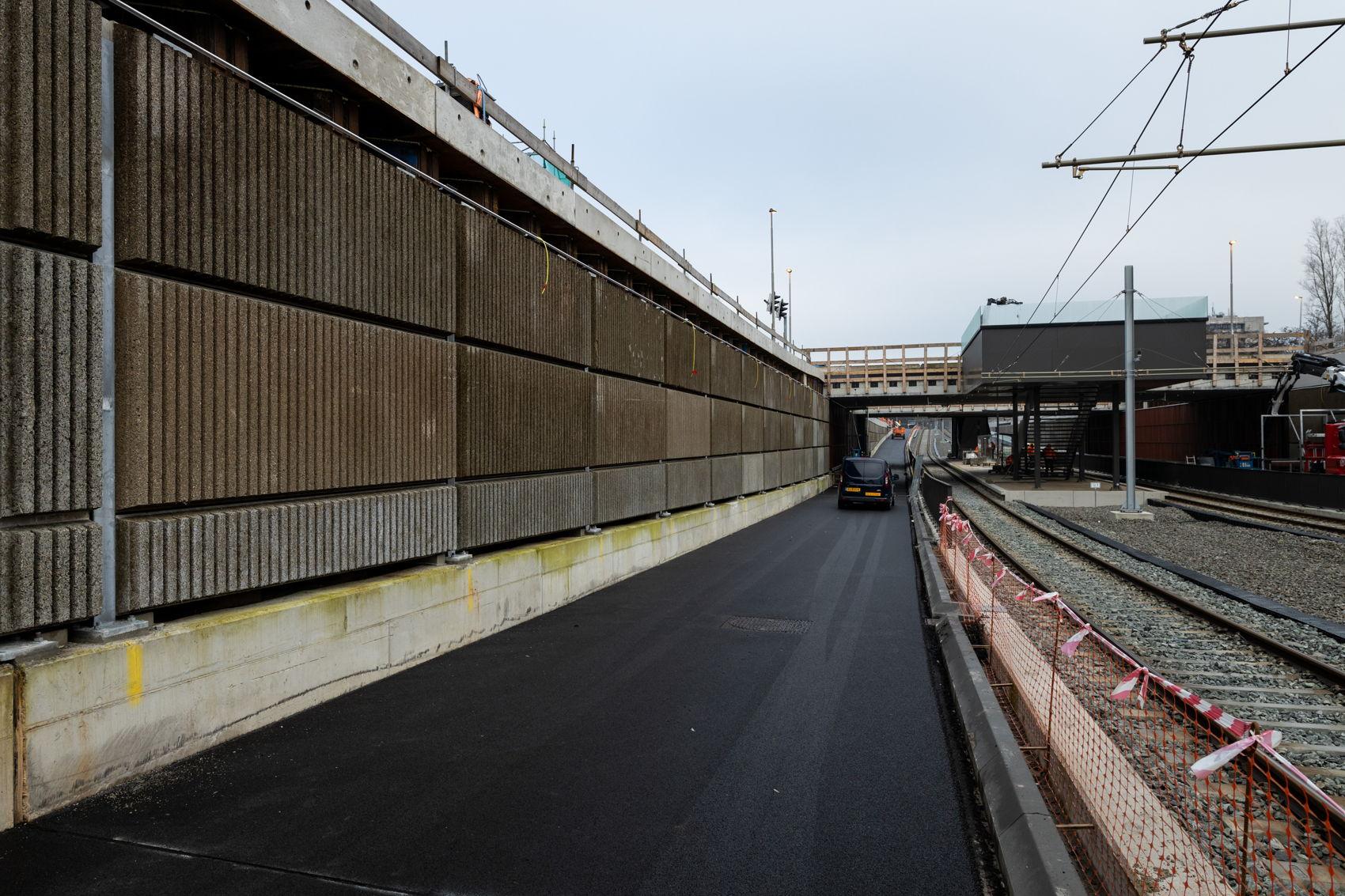 Een mooie plak asfalt in de bak bij Kronenburg. En wat zien we daar in de verte? Heeft daar stiekem iemand al de primeur van het rijden door de bak? U kunt voor het eerst op maandag 3 februari door de bak rijden.