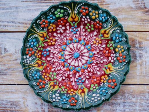 Керамическая зеленая тарелка с рельефным узором
