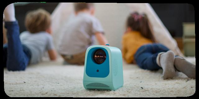 Enfants jouant avec le projecteur Tikino dans un tipi
