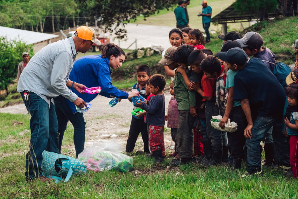 Alma's Founder, Leticia Hutchins, giving toys to the children of coffee farmers at Finca Terrerito