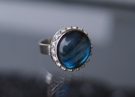 Крупное серебряное кольцо с синим лабрадоритом в винтажном стиле