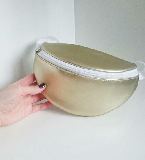 Золотистая поясная сумка с белой молнией