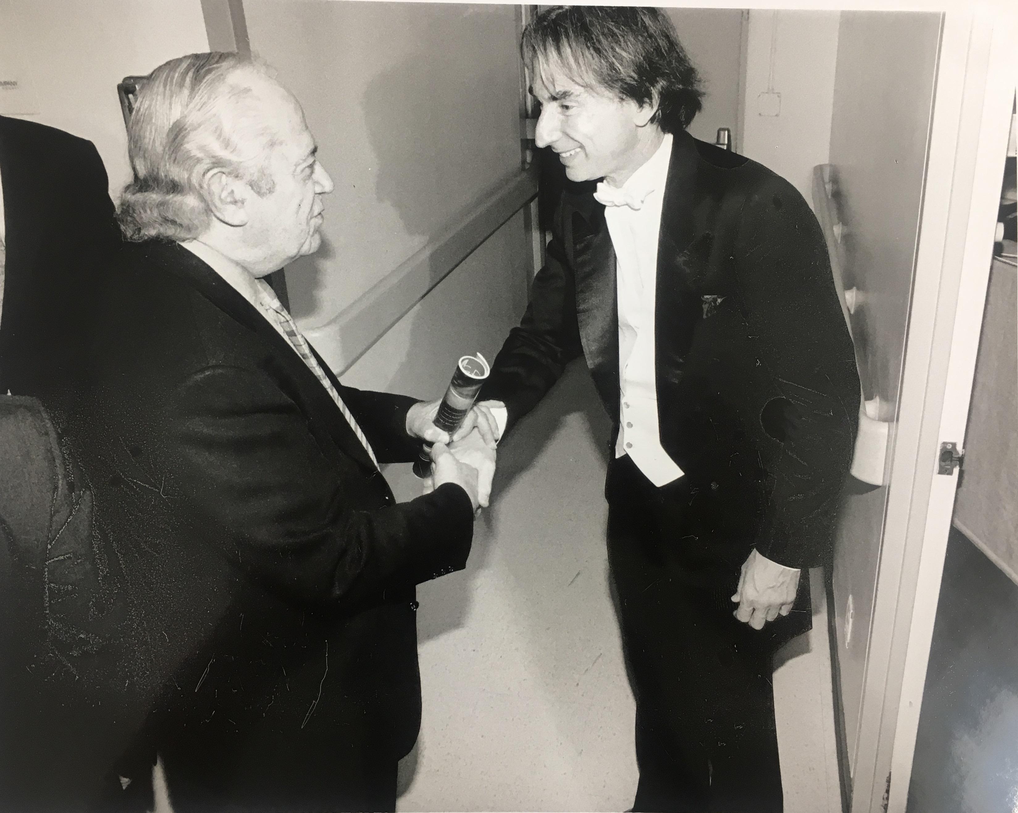 El ex invitado principal de LA Phil, director de orquesta Michael Tilson Thomas, estrecha la mano del hombre que le dio el trabajo, el ex gerente general Ernest Fleischmann.
