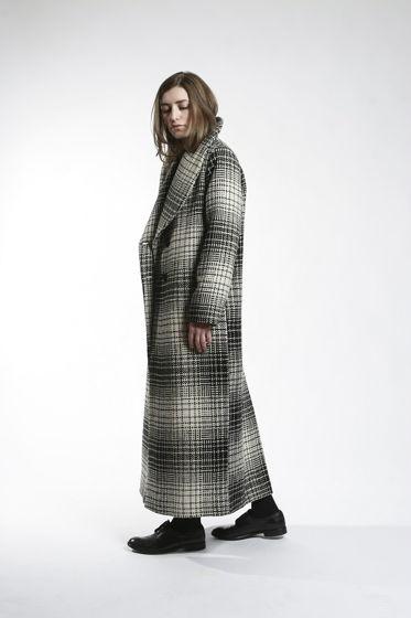 Длинное шерстяное пальто на двух пуговицах.