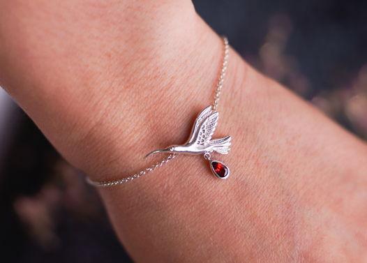 Тонкий серебряный браслет Крошка колибри с камнем на выбор