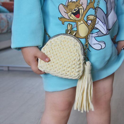 Вязаная детская сумочка из трикотажной пряжи на фермуаре нежно-желтого цвета