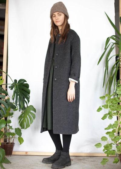 серое шерстяное пальто с ворсом