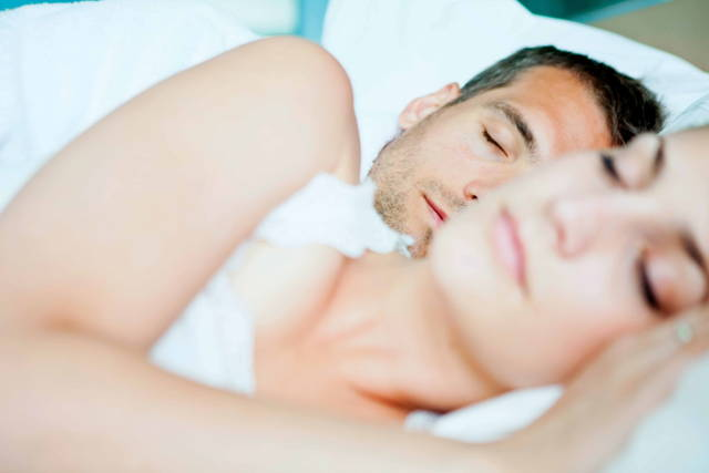 Photo de couple qui dort sur le côté sans ronfler avec respur filtre