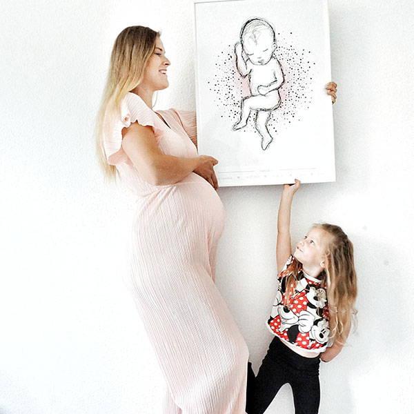 Mutter + Kind mit Geburtsposter im Maßstab 1:1