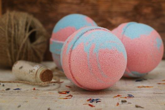 """Успокаивающая голубая с розовым бомбочка для ванны """"Роза, герань и лайм"""""""
