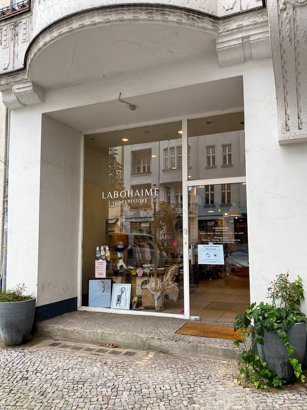 Eingang des Concept Stores Labohaime Berlin für Mode, Beauty, Kunst und Wohnaccessoires