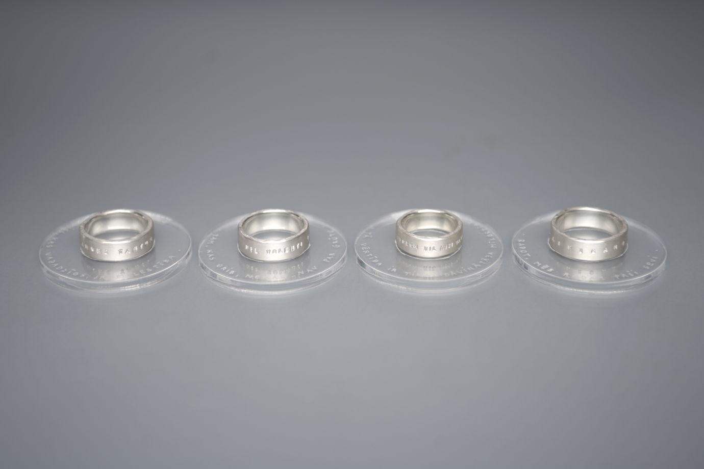 Широкое кольцо с надписью на латыни