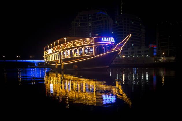 Ужин на Арабской лодке в районе Дубай Марина