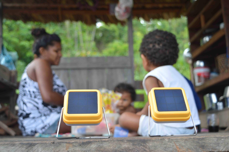 En esta  imagen podemos observar como una familia ribereña utiliza el Solar Cube de Light For Humanity  para disfrutar de la energía solar. Gracias a ello no necesitan lámparas de queroseno perjudiciales para su salud