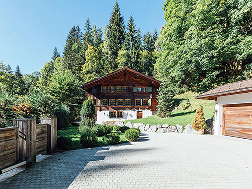 Frankfurt am Main - This historic chalet dating from 1750 is located near the centre of Gstaad and has interiors of some 433 square metres in total. A sauna, hammam and Jacuzzi provide for relaxation after a day on the slopes. (Image source: Engel & Völkers Gstaad)