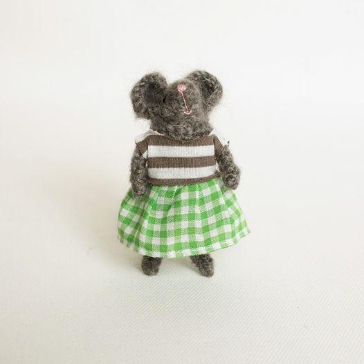 Вязаная мышка малышка в полосатой кофточке