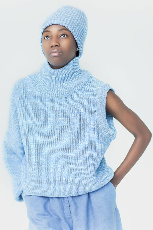Голубой свитер со съёмным рукавом