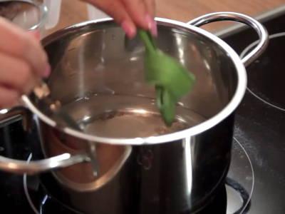 Prepare pandan syrup