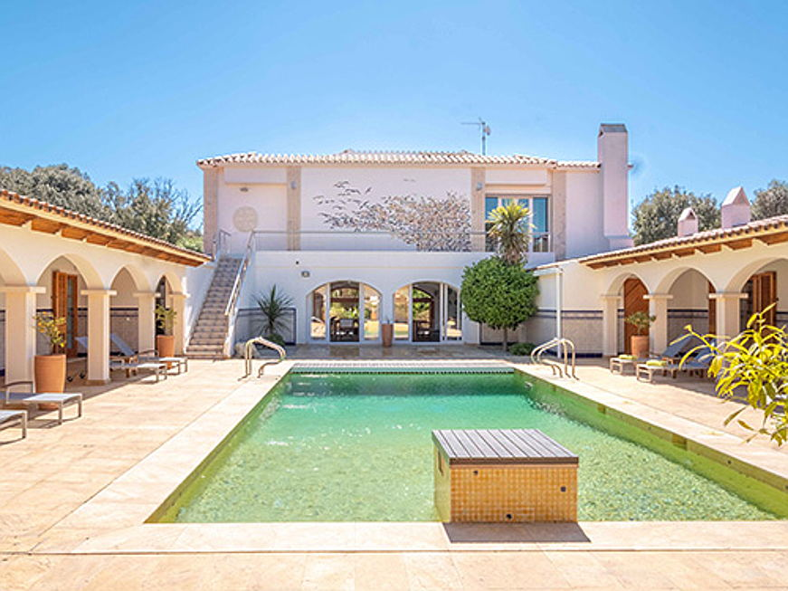 Visp - In Ciutadella, in the west of Menorca, this luxurious finca is for sale for 3.9 million euros. The property has six bedrooms, seven bathrooms, a gym, a pool and a tennis court. (Image source: Engel & Völkers Menorca)