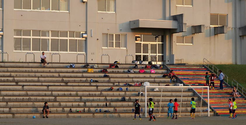ジュニアサッカー選手はグランドで練習する
