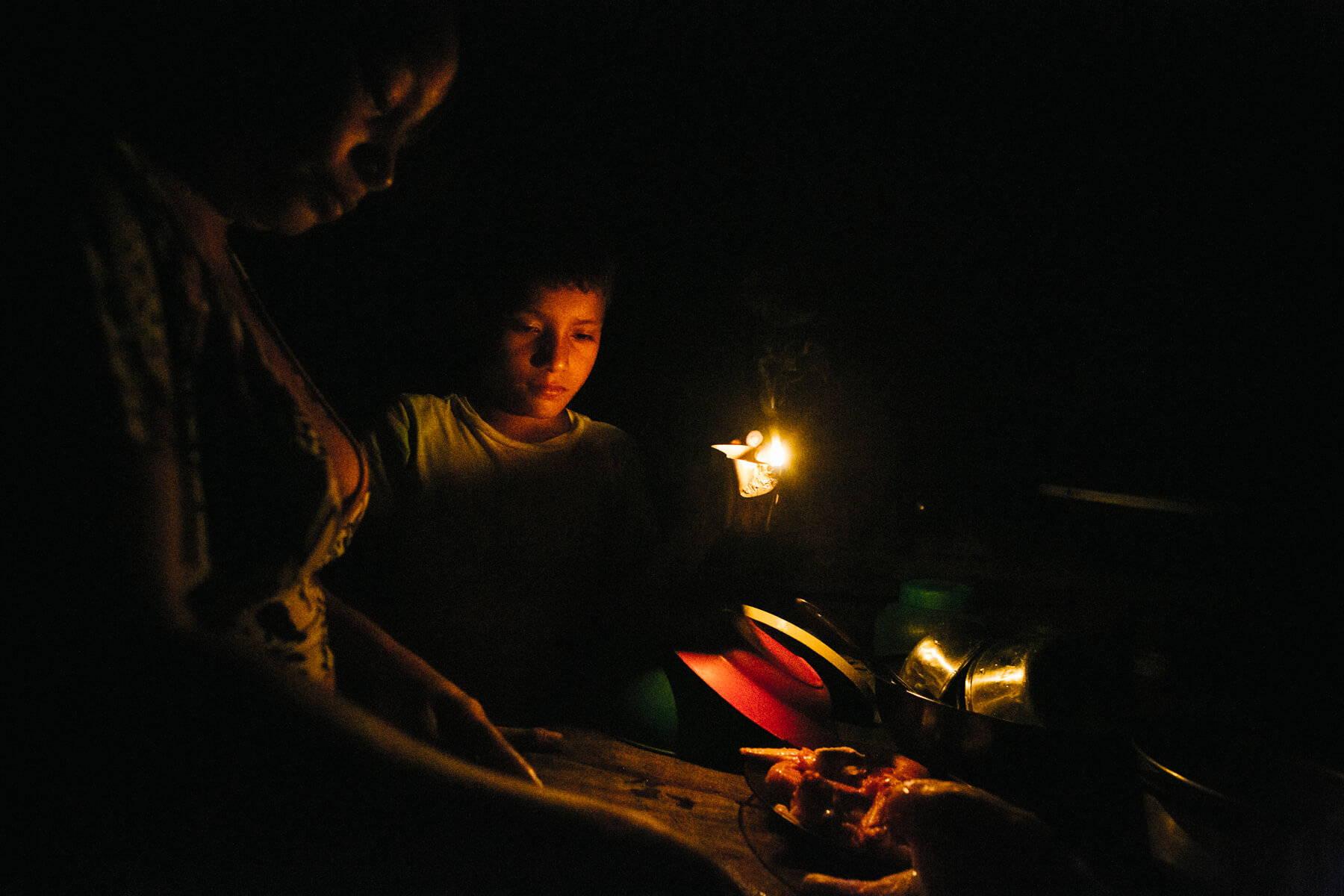 Una familia en la ribera del Amazonas utiliza una lámpara de queroseno. IMAGEN LIGHT HUMANITY