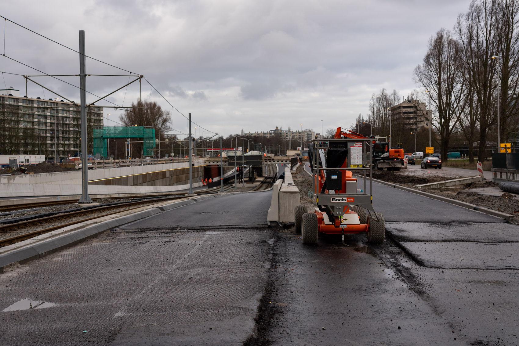 De verschillende lagen asfalt zijn hier goed zichtbaar bij Kronenburg.