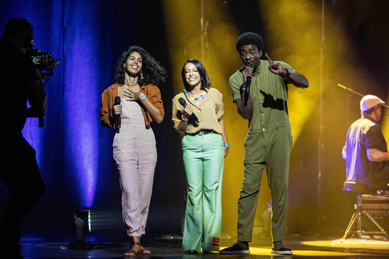 Seu Jorge canta ao lado das coapresentadoras Samantha Schmütz e Bela Gil