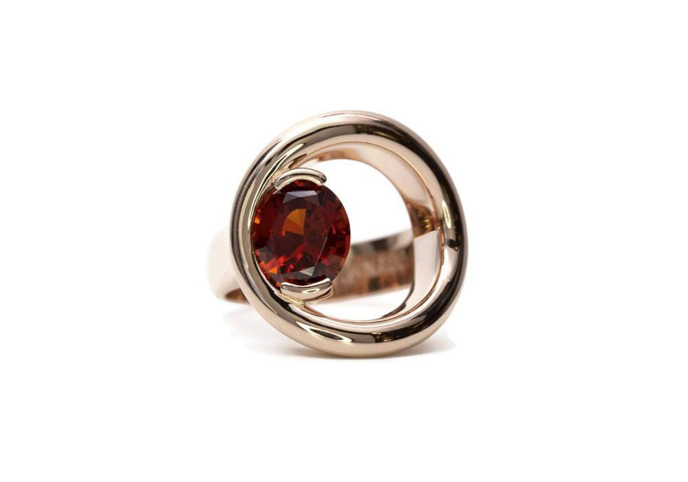 Design men's ring with garnet and round opening on the hand