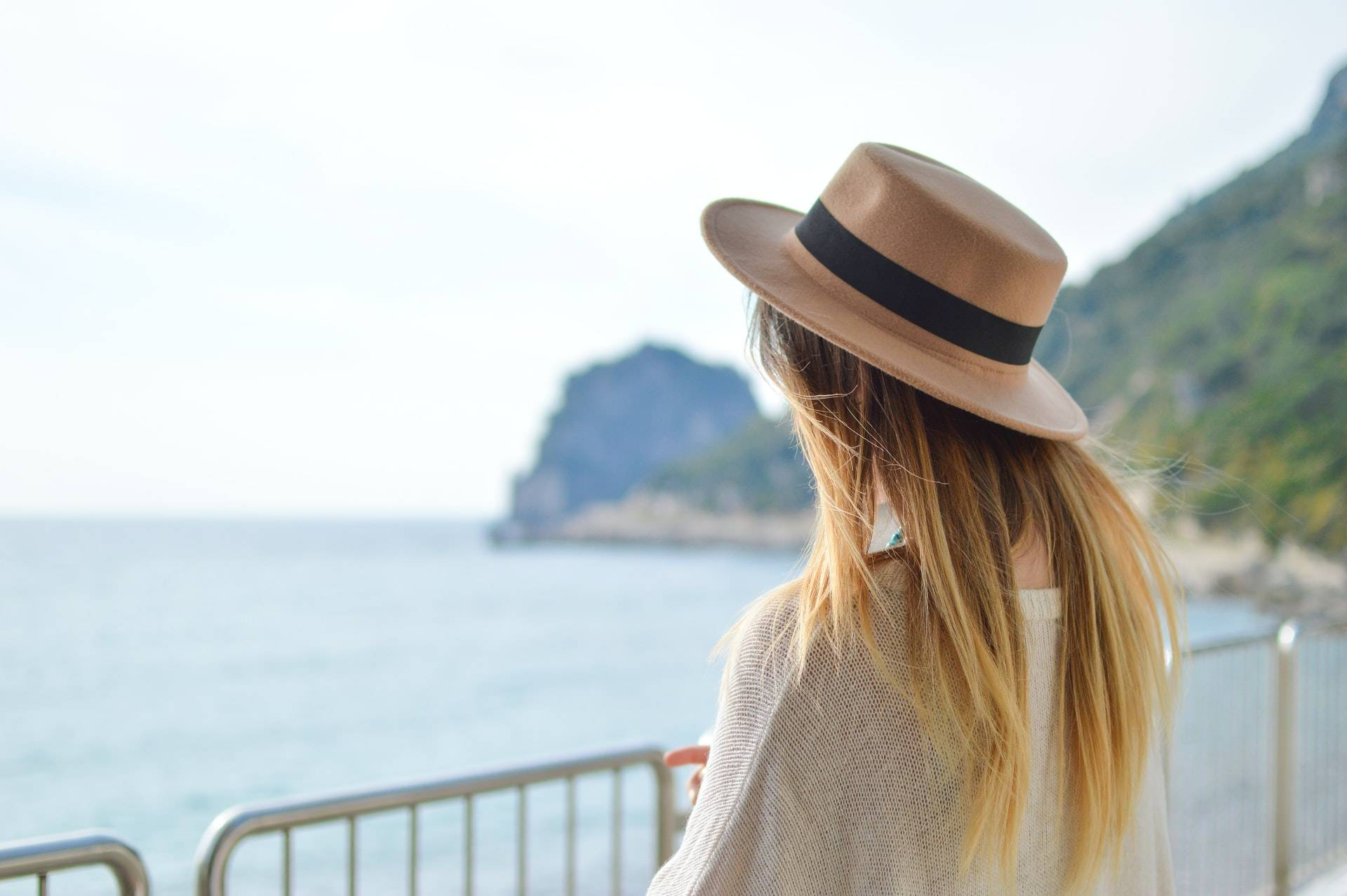 Girl travelling, admiring the ocean