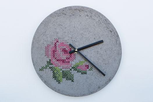 Бетонные часы с ручной вышивкой