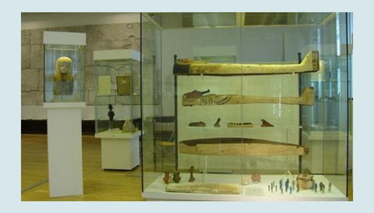 aegyptisches museum vitrinen mit särgen