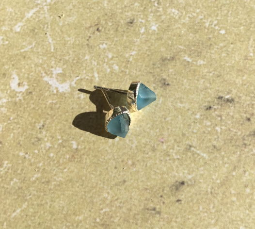 Серьги-гвоздики с неграненым топазом голубым