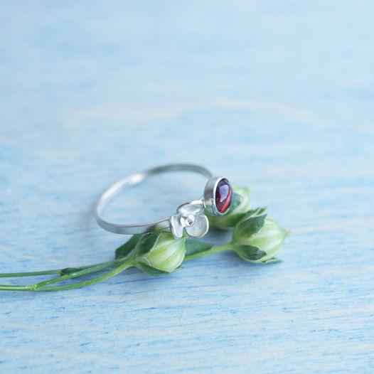 Кольцо с маленьким цветочком из серебра и гранатом