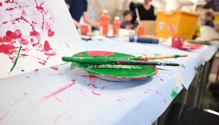 kunsthalle mainz farbe tisch grün pinsel kunstvermittlungdsc