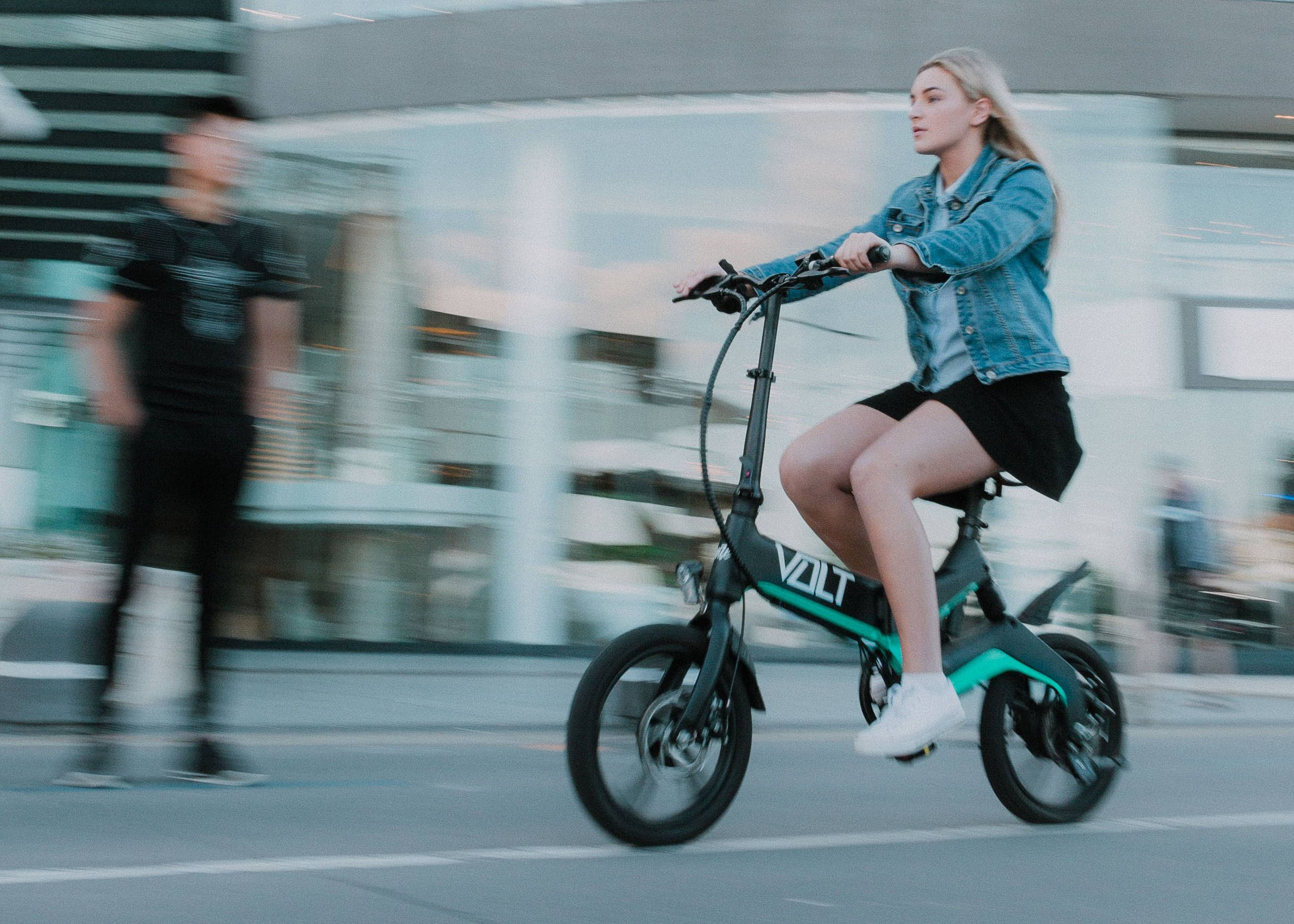 Girl riding VOLT e-bike fast in Sydney, Australia. VOLT ebike is in Sydney. Stand out Sydney e-bike because the VOLT Mate can travel faster than other electric bikes and pedal bicycles. The VOLT mate also has a very modern design with streamlined design features. The VOLT mate is crafted in aerospace grade materials and finished in matte and gloss finishes. effortless electric bike riding.