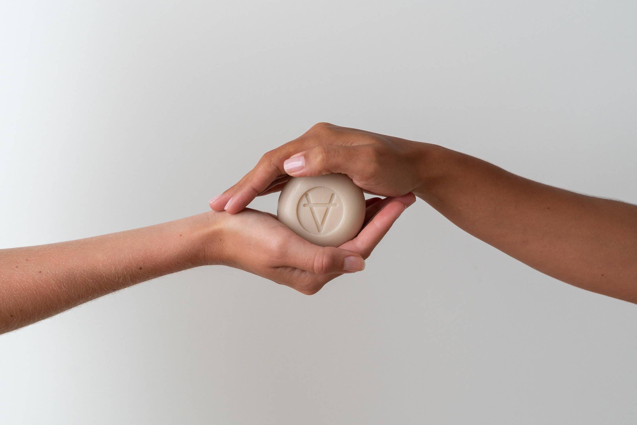 L'hydratation de la peau est la clef pour avoir un teint sublime, le lait de chèvre et plus précisément le savon vous y aidera plus rapidement et simplement.