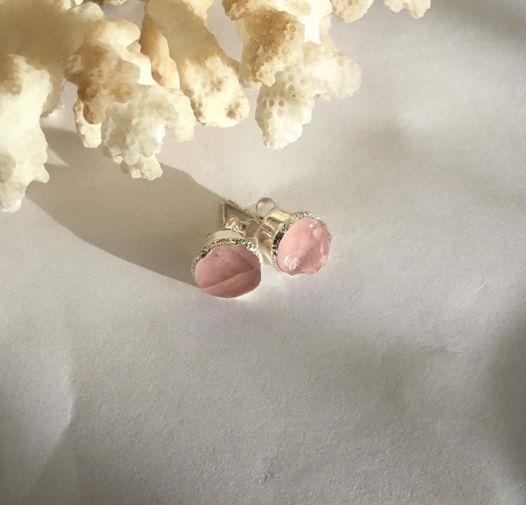 Серьги-гвоздики  с неграненым розовым кварцем (10мм)
