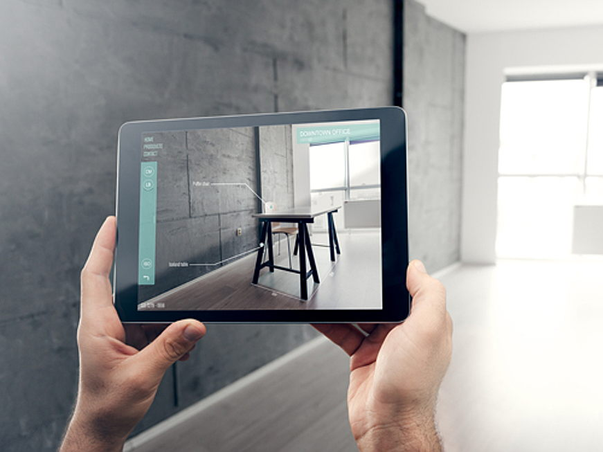 Hondarribia, Espagne - The future: augmented reality real estate