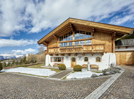 Hamburg - This approx. 461 square metre country home near Kitzbühel is up for sale for 5.9 million euros. The premium amenities include a home spa area with a sauna, three terraces, and a wine store.