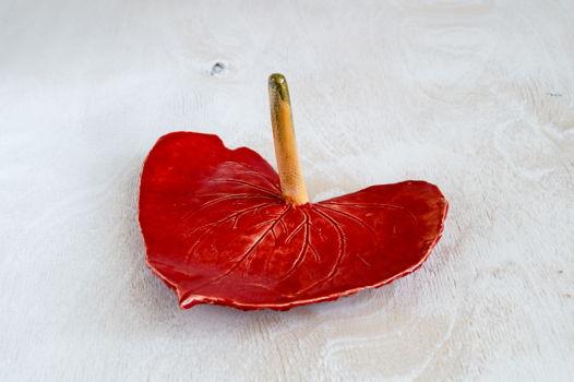 Керамический цветок для украшений красного цвета