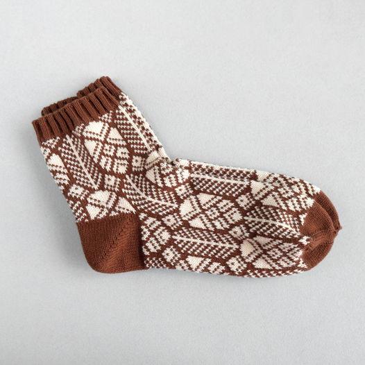 Тёплые коричневые вязаные носки с рисунком шишки